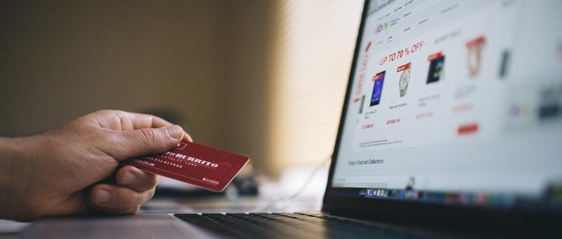 Persoon met credit card die gaat afrekenen bij een bestelling op een WooCommerce Webshop