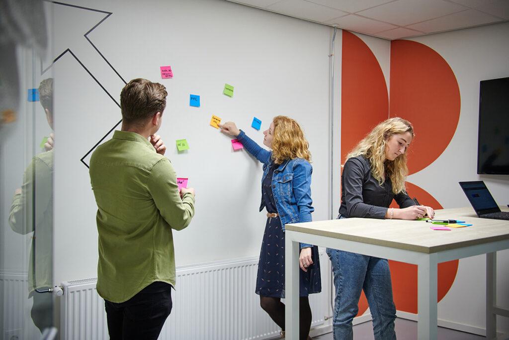 3 specialisten bereiden zich voor op het maken van een goede website